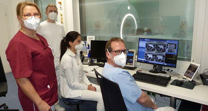 (von rechts): Chefarzt Innere Medizin/Kardiologie Tobias Plücker, die medizinische Fachangestellte Manuela Hahn, Facharzt Radiologie Dr. Oliver Klein und die Leitende MTRA Karin Sehn.