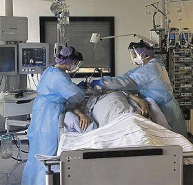 Ein schwerkranker Corona-Patient wird auf der Intensivstation des Eichhof-Krankenhauses von zwei Pflegekräften versorgt. Foto: Eichhof-Krankenhaus