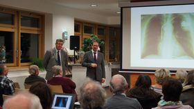 Die Chefärzte Tobias Plücker (rechts) und Serguei Korboukov gingen intensiv auf Fragen aus dem Auditorium ein.