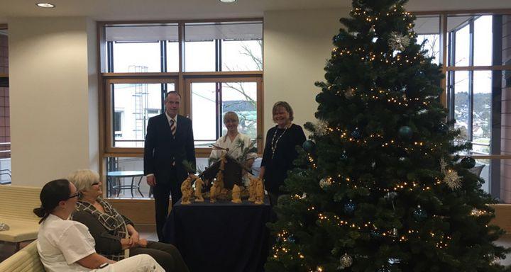 Verwaltungsdirektor Dr. Christof Erdmann (hinten links) und Pflegedirektorin Kathrin Kleine (hinten rechts) sorgen im Eichhof- Krankenhaus für weihnachtliche Atmosphäre. Foto: Marika Heiß