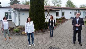 Die Mitarbeiterinnen der Psychosozialen Kontakt- und Beratungsstellen mit dem Leiter der Vogelsberger Lebensräume (von rechts): Harry Bernardis, Claudia Van den Berg, Ira Steigel und Sybille Heller.