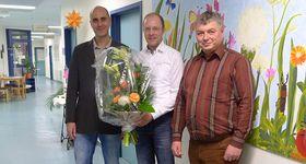 Chefarzt Dr. Dr. Christoph Herda (links) und Eichhof Personalchef Berthold Remiger (rechts) gratulieren Dr. Friedrich Jungblut zu seiner Ernennung als Oberarzt.