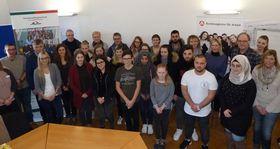 Zum Gemeinschaftsfoto stellten sich die Verantwortlichen des Krankenhauses, der Arbeitsagentur Lauterbach und die interessierten Jugendlichen.
