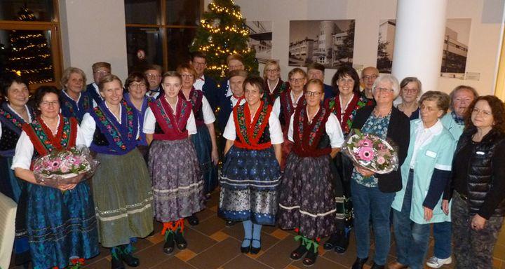 Die Mitglieder des Schlitzer Chors um Leiterin und Dirigentin Ute Fischer stellten sich gerne zum Erinnerungsfoto mit den Verantwortlichen von KiK und den Eichhof Damen vor dem schön geschmückten Weihnachtsbaum im Foyer des Krankenhauses Eichhof auf.