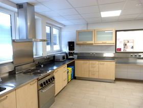 Die voll ausgestattete und großzügig angelegte Küche ist 33 Quadratmeter groß und bietet alle Möglichkeiten für gemeinsame Aktivitäten, wie Plätzchen oder Kuchen backen.