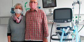 Arm in Arm und wieder glücklich vereint: Hans und Birgit Ruhl aus Berfa. Drei Wochen lang wurde der 66-Jährige hier auf der Intensivstation des Lauterbacher Krankenhauses künstlich beatmet. Foto: Kempf