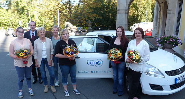 Gratulationen und Blumen für die frischgebackenen Pflegefachkräfte gab es von den Verantwortlichen der Sozialstation Eichhof