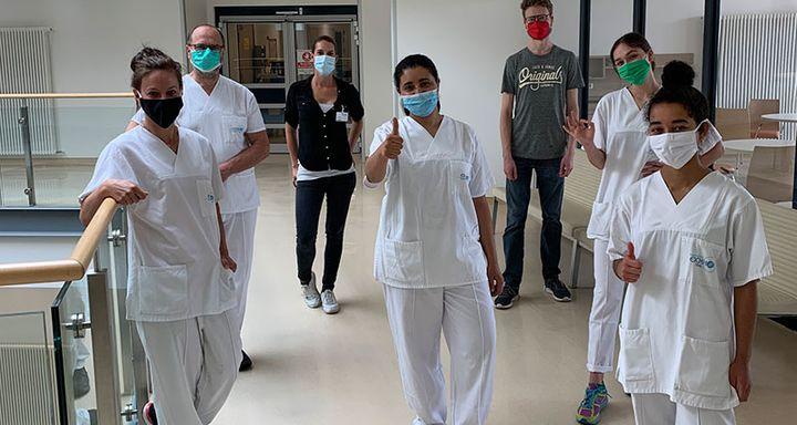 Studiengangabsolventen und Prüfer der Hochschule Fulda sowie die Beteiligten am Krankenhaus Eichhof stellten sich nach Beendigung der praktischen Prüfung zu einem gemeinsamen Gruppenbild auf.