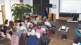 """Voll besetzt war das Atrium im Krankenhaus Eichhof beim Vortrag von Dr. Friedrich Jungblut zum Thema """"Burnout""""."""
