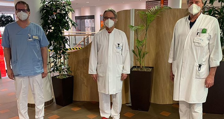 Stellvertretend für alle Fachabteilungen am Krankenhaus Eichhof verkünden die Chefärzte (von links) Tobias Plücker, Dr. Johannes Roth und Dr. Andreas Müller von Postel, dass das Krankenhaus zum Normalbetrieb zurückkehrt.