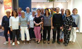 """Der A-cappella-Chor """"Jazz hat's"""" mit den KiK-Vertretern (von rechts) Kathrin Kleine, Marika Heiß und Herbert Krauß."""