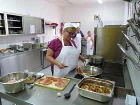 Leckere Speisen werden in der hauseigenen Küche aus frischen Zutaten und regionalen Produkten unter Beteiligung der Tagesgäste hergestellt.