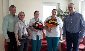 Zum bestandenen Examen gratulierten (von rechts) Einrichtungsleiter Klaus Schaefer, Pflegedienstleiterin Karin Vollmöller und Bereichsleiter Personal Berthold Remiger den neuen Altenpflegerinnen Antonia Odabas und Jessika Davis (Mitte).