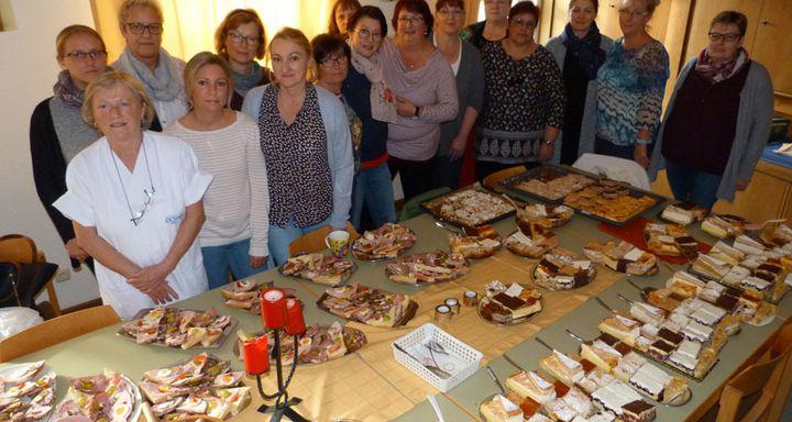 Mit Kuchen und anderen Leckereien bewirtete das Team der Sozialstation Schlitz um Bereichsleitung Carmen Richtberg (rechts) die Festgäste.
