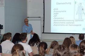 Chefarzt Dr. Norbert Sehn moderierte die OP im Konferenzraum und übermittelte Fragen aus dem Auditorium an den Operateur Dr. Rüdiger Hilfenhaus.