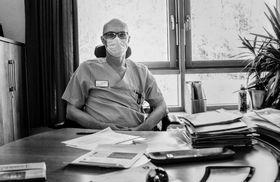 Dr. Norbert Sehn, der Chefarzt Anästhesiologie und Intensivmedizin, an seinem Schreibtisch.
