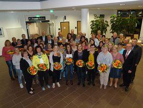 Jubilare, Ehrenamtler und Ruheständler sowie die Repräsentanten der Eichhof- Stiftung, der Verwaltungsdirektor und der Betriebsratsvorsitzende im Krankenhaus Eichhof beim gemeinsamen Gruppenbild.