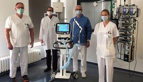 Die neuen Beatmungsgeräte stellen eine Erweiterung der intensivmedizinischen Kapazitäten am Krankenhaus Eichhof dar - nicht nur im Corona-Krisenfall. Darüber sind (von links) Michael Schimanski, Tobias Plücker, Dr. Norbert Sehn und Marie Schubert sehr erleichtert.