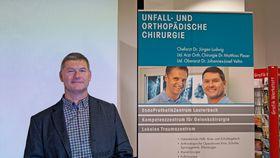 Übungen zur Schulterfreiheit ließ Dr. Jürgen Ludwig ebenso in seinen Vortrag einfließen, wie die eine oder andere humorvolle Betrachtung zum Thema Muskelaufbau.