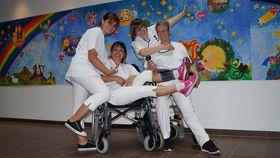 Freude an ihrer Arbeit und im Miteinander haben die Auszubildenden der Sozialstation Eichhof (von links) Lina Kurz, Ann Katrin Schlitt, Nicole Stelljes und (sitzend) Barbara Rausch.