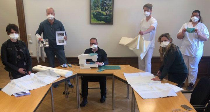Chefarzt Tobias Plücker legt beim Probenähen selber Hand an, unterstützt von Kolleginnen und Kollegen. Fotos: Heiss
