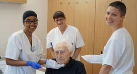 Das tägliche Waschen von Patienten, die nicht selbst die Körperreinigung durchführen können, ist eine wichtige Aufgabe im Alltag der Krankenpflege.