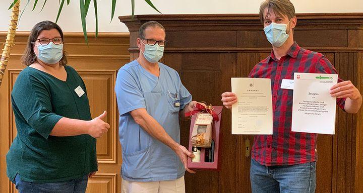 Chefarzt Tobias Plücker (Mitte) und Hygienefachkraft Dagmar Nigge freuen sich über die Verstärkung der Stabstelle Hygiene am Krankenhaus Eichhof durch den Kollegen Christian Schmidt (rechts).