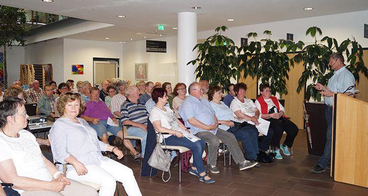 Dr. Jürgen Ludwig (rechts) nahm sich Zeit, auf die vielen Fragen aus dem Auditorium zu antworten.