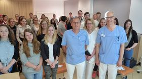 Zum gemeinsamen Gruppenbild mit (vorn, von rechts) Chefarzt Dr. Norbert Sehn, OP-Leiterin Andrea Jäger und Chefarzt Dr. Rüdiger Hilfenhaus stellten sich Schülern und Lehrern der beiden Bildungseinrichtungen.
