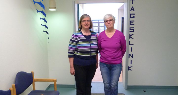 Dr. Ursula Bernbeck (links) und Elke Müller unterstützen Angehörige und Freunde von psychisch Erkrankten im monatlichen Treff in der Tagesklinik am Krankenhaus Eichhof.