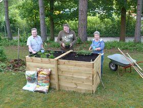 Im Garten wird gewerkelt. Die Besucher der Tagesstätte helfen aktiv im Garten mit und pflanzen Kräuter und Gemüse im selbstgebauten Hochbeet an.