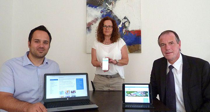 Dr. Christof Erdmann, Marika Heiß und Mike Decher (v.r.) präsentieren die Vielfalt an mobilen Möglichkeiten, mit denen die neue Website der Eichhof-Stiftung Lauterbach nach der Modernisierung aufgerufen werden kann.