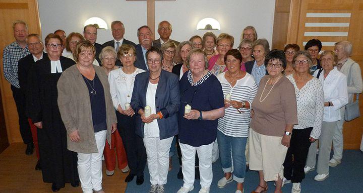 Ein Tag zum Feiern: Geehrte, Laudatoren und Gäste beim gemeinsamen Erinnerungsfoto in der Kapelle am Krankenhaus Eichhof.