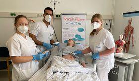 Mit großer Sicherheit vermittelt Praxisanleiterin Sabine Vogel (rechts) den Auszubildenden Katsiaryna Beim und Amir Seyedzadeh den Umgang mit dem Modellpatienten.