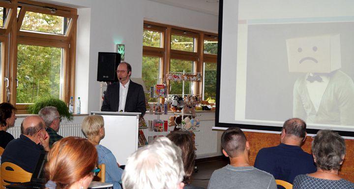 Die Teilnehmer zollten dem Chefarzt der Fachabteilung für Psychiatrie und Psychotherapie am Krankenhaus Eichhof große Anerkennung für seine Ausführungen und die Fachkenntnis, mit der er ein vielschichtiges Thema verständlich und einfühlsam vermittelte.