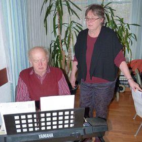 Albert Schmelz und Pfarrerin Christine Müller stimmten die Auswahl der Lieder für die Andacht ab.