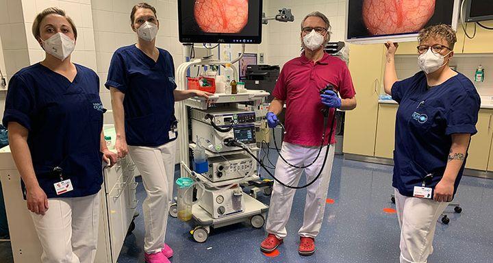 (von links) Claudia Peppler, Petra Feick, Chefarzt Dr. Johannes Roth und die Leiterin der Endoskopie Jennifer Urban