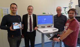 Der Dank des Verwaltungsdirektors Dr. Christof Erdmann (2. von links) für die zügige Umsetzung der ersten Stufe der Digitalisierung am Krankenhaus Eichhof gilt dem Projektteam der IT-Abteilung mit (von rechts) Rafael Staisch, Manfred Löb und Mike Decher.