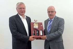 Zum Abschied überreichte Stiftungsratsvorsitzender Heinrich Mai (links) ein Weinpräsent an Wilfried Ochs.