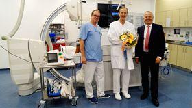 Mit einem Blumenstrauß hießen der Vorstand Mathias Rauwolf (rechts) und der Chefarzt Innere Medizin/Kardiologie Tobias Plücker (links) den neuen Kollegen Dr. Christian Schultze herzlich willkommen.