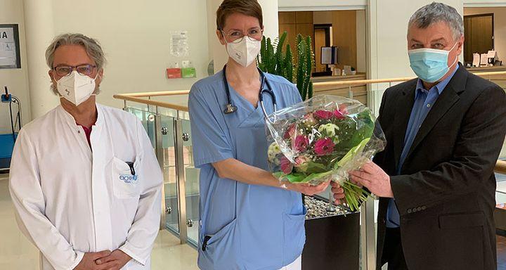 Chefarzt Dr. Johannes Roth (links) und Bereichsleiter Personal Berthold Remiger (rechts) gratulieren Antje Kesting sehr herzlich zur Facharztanerkennung und zur Ernennung als Oberärztin Innere Medizin/Gastroenterologie am Krankenhaus Eichhof.