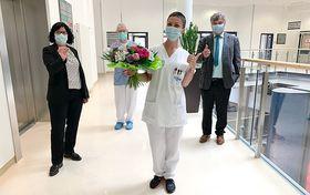 Bereichsleitung Andrea Rubenbauer, Betriebsratsvorsitzender Dr. Johannes Veltin und Bereichsleiter Personal Berthold Remiger gratulieren Ivana Dorn zur Anerkennung als Gesundheits- und Krankenpflegerin.