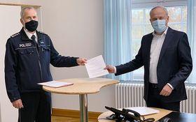 Zur Unterzeichnung der Kooperationsvereinbarung trafen sich der Stationsleiter der Polizeistation Lauterbach EPHK Uwe Schütz und der Vorstand der Eichhof-Stiftung Lauterbach Mathias Rauwolf.
