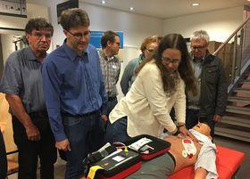 Um im Notfall eingreifen zu können, wurde unter Anleitung von Oberarzt Dr. Post die richtige Anwendung von Herzdruckmassage geübt.