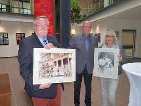Wolfgang Wiehl (Mitte) überreichte Andrea Hedrich ein persönliches Bild aus dem Jahr 1987 und an den Stiftungsvorsitzenden Hans-Jürgen Schäfer ein Foto aus dem Jahr 1900.