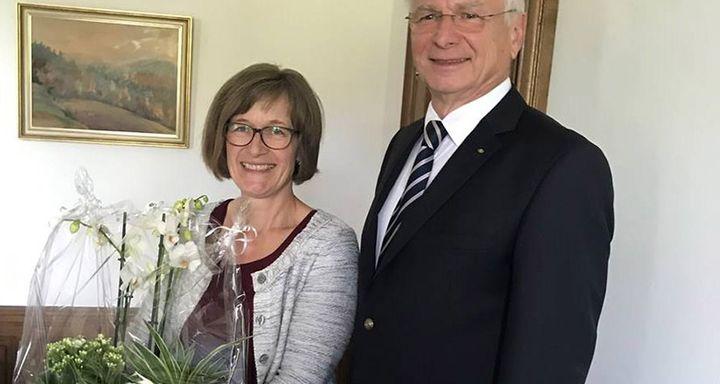 Zum Abschied überreichte Vorsitzender Heinrich Mai im Namen aller Mitglieder des Stiftungsrates ein Blumenpräsent an Karin Klaffehn.