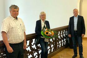 Zur Vertragsunterzeichnung kamen (von rechts) Vorstand Mathias Rauwolf, Heidrun Roth und Bereichsleiter Personal Berthold Remiger in der Verwaltung der Eichhof-Stiftung Lauterbach zusammen.