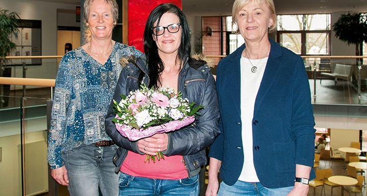 Pflegedienstleitung Hanne Steuernagel (li.) und Jutta Schmidt gratulieren Melanie Betancur zur bestandenen Prüfung.