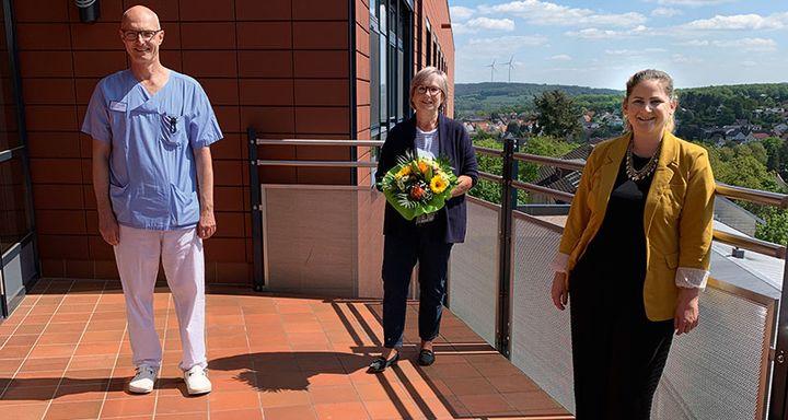 Die neue Ethikbeauftragte Dr. Beate Kniepert (Mitte), Chefarzt Anästhesiologie und Intensivmedizin Dr. Norbert Sehn und Qualitätsmanagementbeauftragte Sonja Seeger