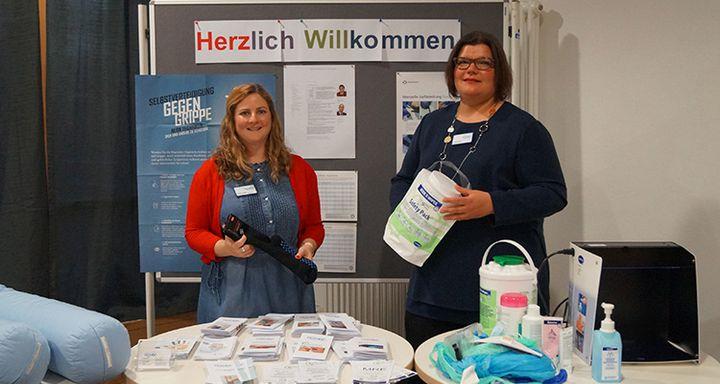 BU: Qualitätsmanagement-Beauftragte Sonja Seeger (links) und Hygienefachkraft Dagmar Nigge überzeugten die anwesenden Zuhörer mit ihrer Expertise zum Schutz von Patienten.